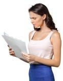 La femme tient des pages de papier Image stock