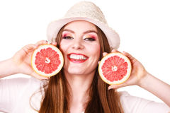 La femme tient deux halfs d'agrumes de pamplemousse dans des mains Photo stock