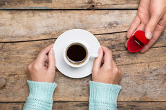 La femme tient la tasse de café et l'homme donne l'anneau d'or comme cadeau Photo stock