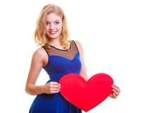 La femme tient le coeur d'amour de symbole de Saint Valentin Image stock