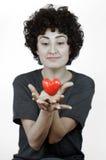 La femme tient le coeur dans des ses mains Images libres de droits
