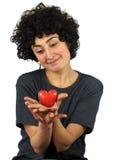 La femme tient le coeur dans des ses mains Images stock