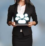 La femme tient le comprimé avec l'icône d'équipe Photographie stock