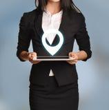 La femme tient le comprimé avec l'icône d'emplacement Photo libre de droits