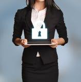 La femme tient le comprimé avec l'icône de serrure Photo stock