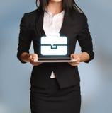 La femme tient le comprimé avec l'icône de serviette Photographie stock