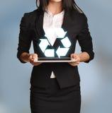 La femme tient le comprimé avec réutiliser l'icône Image stock