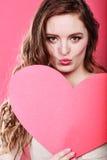 La femme tient le grand coeur de papier rouge Photos stock