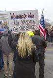 La femme tient le signe Images libres de droits