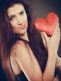 La femme tient le symbole rouge d'amour de coeur Images libres de droits