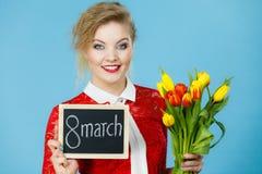 La femme tient les tulipes, conseil avec texte le 8 mars Photographie stock libre de droits