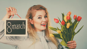 La femme tient les tulipes, conseil avec texte le 8 mars Photo libre de droits
