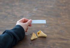 La femme tient la note d'un biscuit de fortune photos libres de droits