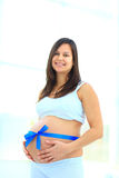 La femme tient sa bosse de bébé Photographie stock