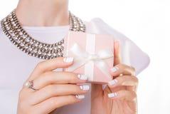 La femme tient un petit cadeau Image libre de droits
