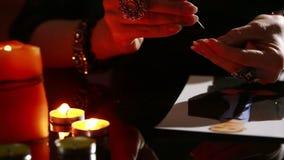 La femme tient un rituel de magie noire hommes de charme Il emploie la photographie banque de vidéos