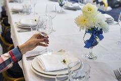 La femme tient un verre dans sa main Image libre de droits