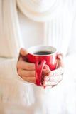 La femme tient une fin de tasse d'hiver  Mains de femme tenant un k confortable photographie stock