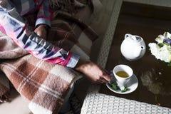 La femme tient une tasse de thé Photographie stock