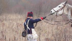 La femme tire un cheval par le frein banque de vidéos