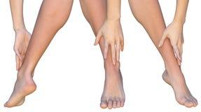 La femme touche la cheville de sa jambe avec des doigts de sa main Images libres de droits