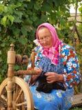 La femme tournant un fil Photographie stock