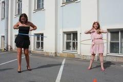 La femme tourne le cercle de danse polynésienne sur le fond de ville de maison Image libre de droits