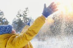 La femme très heureuse de beauté se réjouit la neige pelucheuse et le soleil Image libre de droits