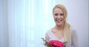 La femme très heureuse a reçu un bouquet des roses clips vidéos