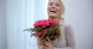 La femme très heureuse a reçu un bouquet des roses banque de vidéos