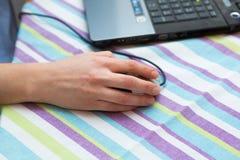 La femme travaillant aux mains de clavier d'ordinateur portable se ferment  Image stock