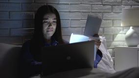 La femme travaillant tard à la maison, épuisé et inattentif, déprimé au sujet de échoue clips vidéos
