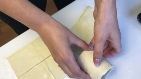 La femme travaille avec la pâte feuilletée Les enveloppe un becher en verre banque de vidéos