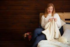 La femme tricote les vêtements de laine Aiguilles de tricotage Plan rapproché Natu Photos stock