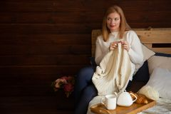 La femme tricote les vêtements de laine Aiguilles de tricotage Plan rapproché Natu Images stock
