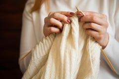 La femme tricote les vêtements de laine Aiguilles de tricotage Plan rapproché Natu Photos libres de droits