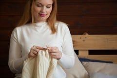 La femme tricote les vêtements de laine Aiguilles de tricotage Plan rapproché Natu Photo stock