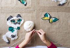 La femme tricote un beau tissu Image stock