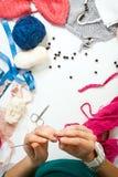 La femme tricote un fil de laine Photos stock