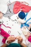La femme tricote un fil de laine Photo stock