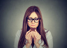 La femme triste a fatigué des restrictions de régime implorant le chocolat de bonbons Photos stock
