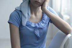 La femme triste s'est inquiétée du cancer photographie stock libre de droits