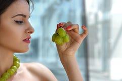 La femme turque a fait des décorations à partir des raisins vivants Image stock
