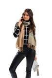 La femme utilise l'écharpe beige Photos libres de droits