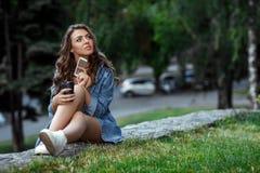 La femme utilise le smartphone dehors Photos libres de droits