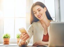 La femme utilise le téléphone images stock