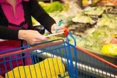 la femme va faire des emplettes au supermarché avec sa liste de produits images libres de droits