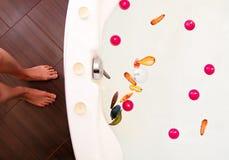 La femme va prendre un bain Image libre de droits