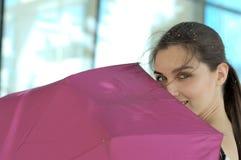 La femme va sous un parapluie image stock