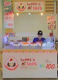 La femme vend des bonbons à Bangkok, Thaïlande Photo stock